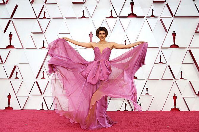 Оскар 2021: лучшие платья на церемонии 14