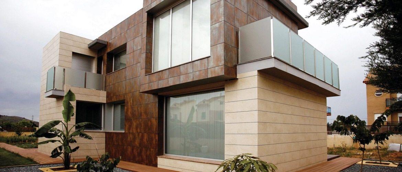 Практичность и надежность: особенности выбора материалов для облицовки дома
