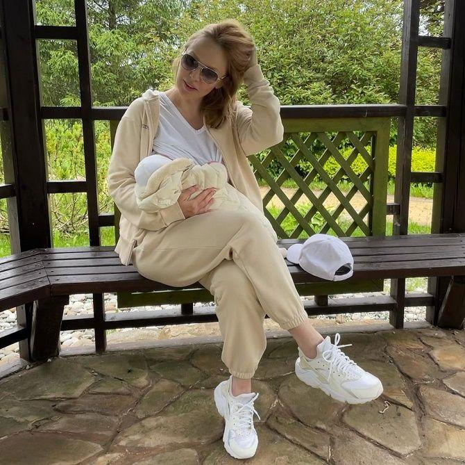 Альбина Джанабаева рассекретила лицо сына Луки на семейном фото 2