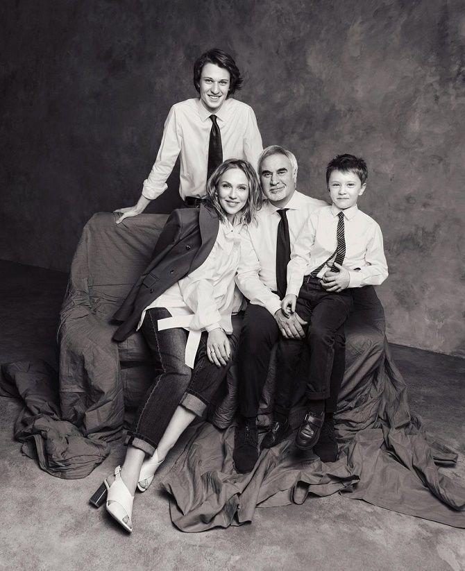 Альбина Джанабаева рассекретила лицо сына Луки на семейном фото 1