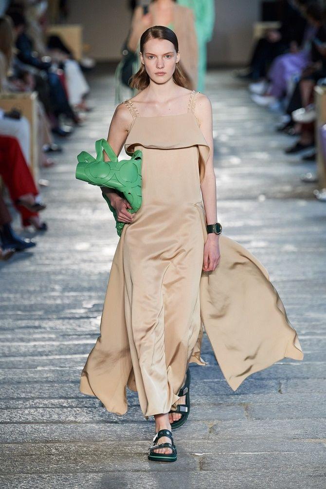 Нежнее нежного: самые модные бежевые платья 2021-2022 10