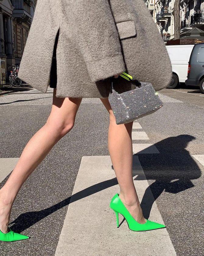 С чем носить зеленые неоновые туфли: яркие луки 5