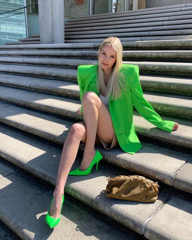 С чем носить зеленые неоновые туфли: яркие луки 20