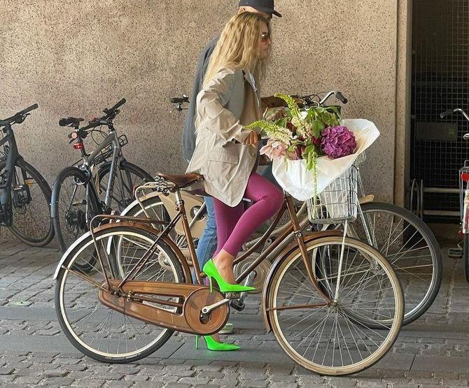 С чем носить зеленые неоновые туфли: яркие луки 18