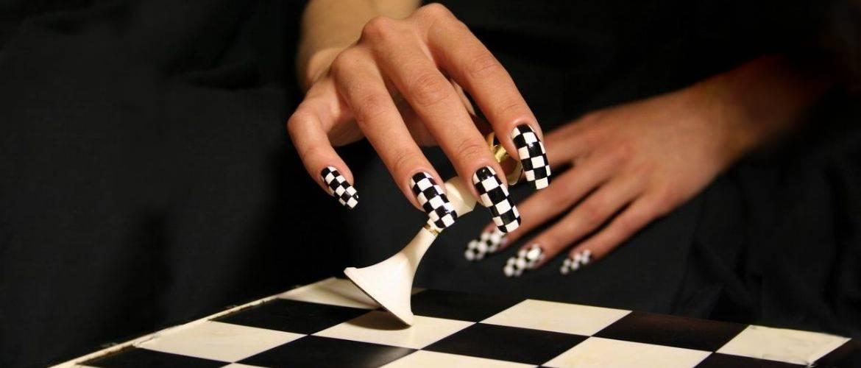 Шаховий манікюр на літо 2021 – модний тренд