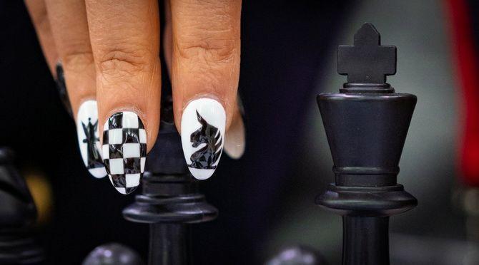 Шаховий манікюр на літо 2021 – модний тренд 8