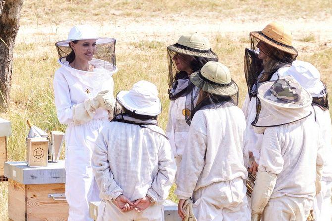 Анджелина Джоли в костюме пчеловода: актриса поздравила выпускников школы апиологии 5