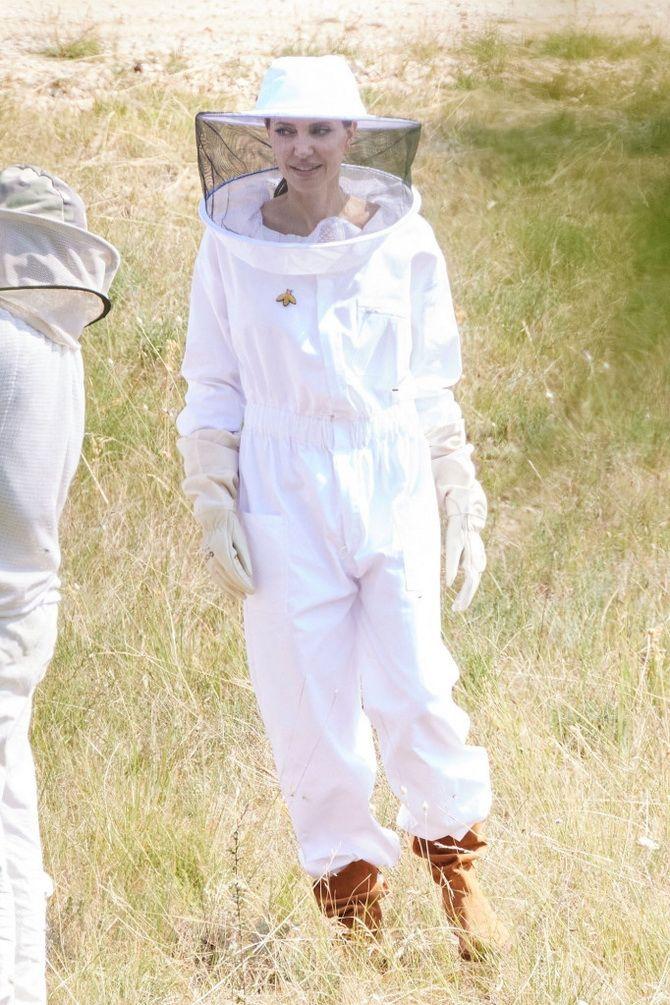 Анджелина Джоли в костюме пчеловода: актриса поздравила выпускников школы апиологии 2