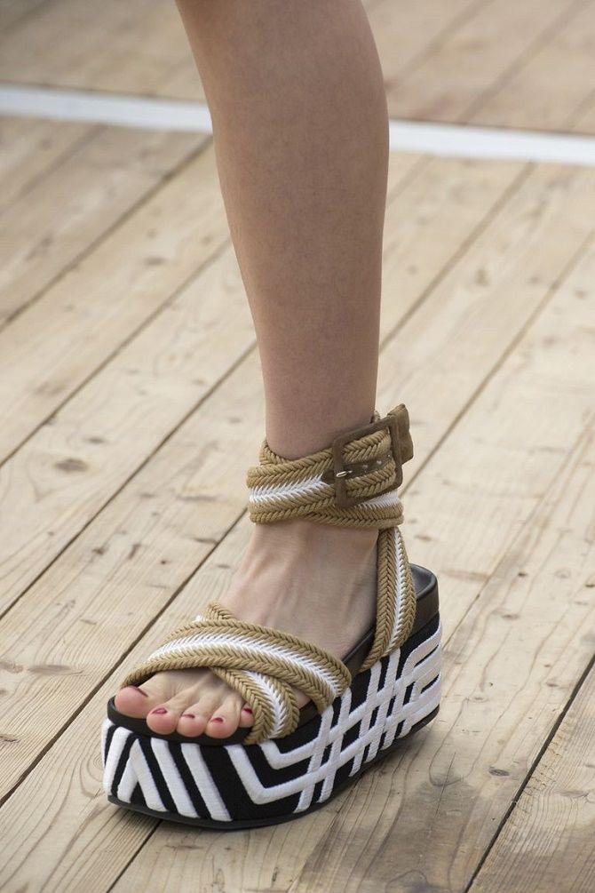 Модні босоніжки на платформі: що носити цього літа 21