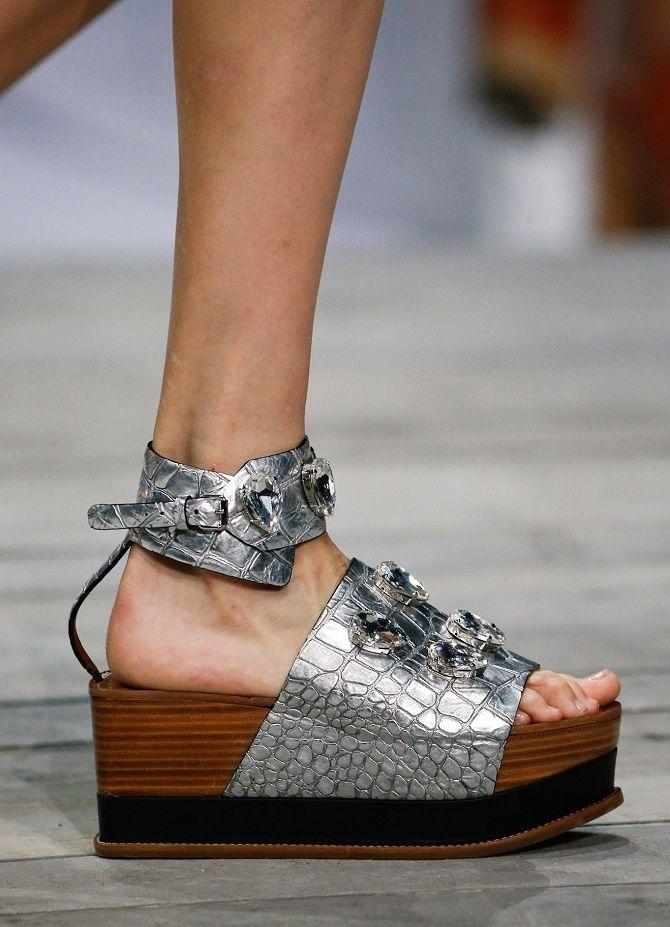 Модні босоніжки на платформі: що носити цього літа 10