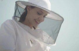 Анджелина Джоли в костюме пчеловода: актриса поздравила выпускников школы апиологии