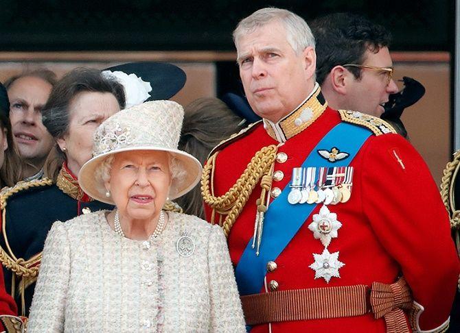 Скандал в королевской семье: принца Эндрю официально обвинили в изнасиловании несовершеннолетней 2
