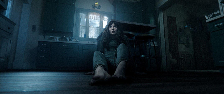 Фильм ужасов «Злое» 2021 — история женщины, которую преследуют видения убийцы 4