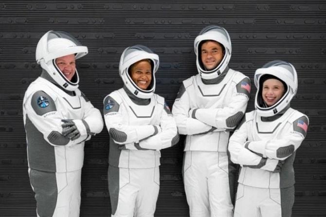 SpaceX вперше в історії відправила на орбіту повністю цивільний екіпаж 5